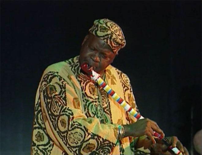 Aly Wagué à la flûte, concert enregistré à la Cité de la musique le 24 janvier 2003 © Philharmonie de Paris