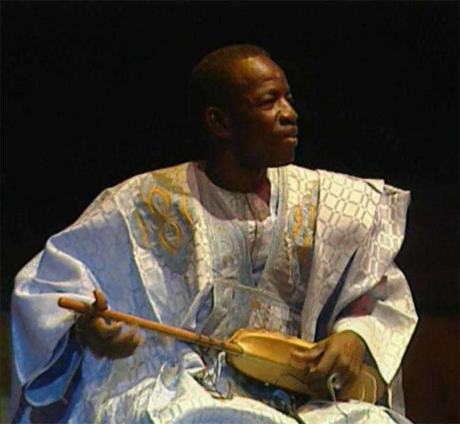 Barou Sall au luth, concert enregistré à la Cité de la musique le 24 janvier 2003 © Philharmonie de Paris