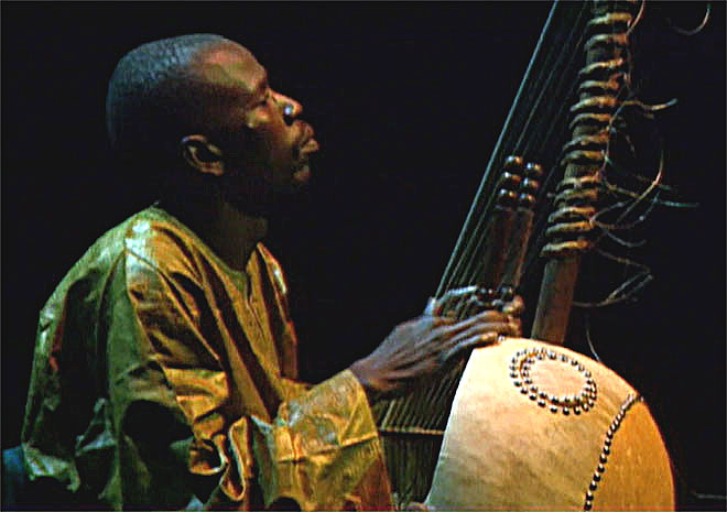 Djeli Moussa Sissoko à la kora, concert enregistré à la Cité de la musique le 16 octobre 1999 © Philharmonie de Paris