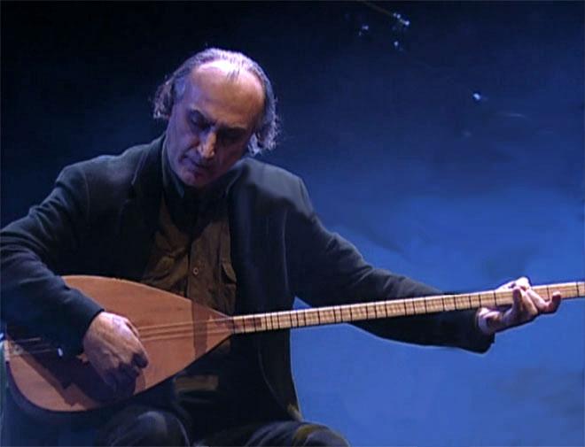 Ismail Hakki Demircioglu au saz, concert enregistré à la Cité de la musique le 25 février 2007 © Philharmonie de Paris