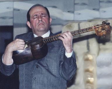 Le joueur de tar Faik Chelebi, photo extraite de la pochette de CD The Classical Mugam of Azerbaijan in Solo Instrumental Performance © Ethnologisches Museum der Staatlichen Museen zu Berlin