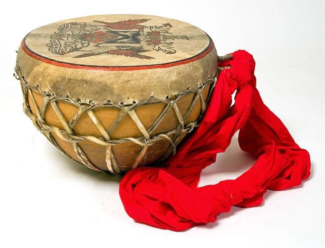 Tambour tassa, photo de Andreas Richter © Ethnologisches Museum - Staatliche Museen zu Berlin