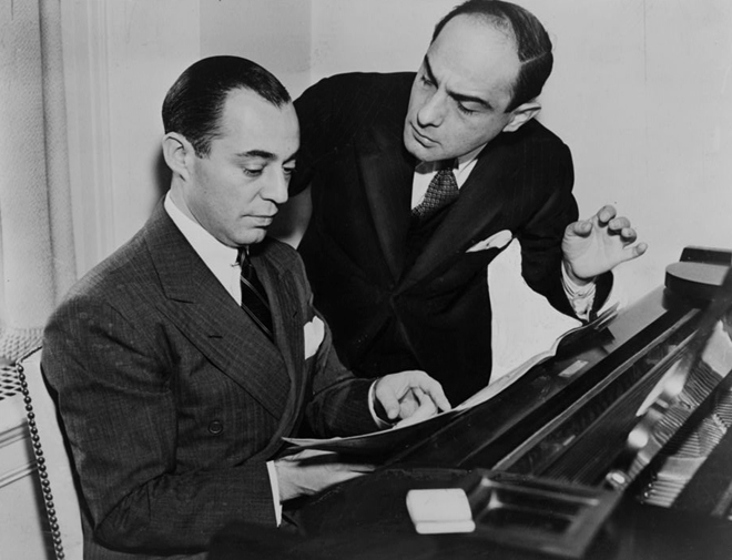 Richard Rodgers assis au piano avec Lorenz Hart, 1936. World Telegram Photo, Library of Congress