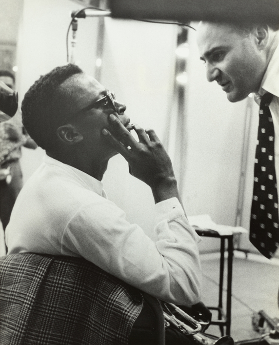 Miles Davis et George Avakian en studio d'enregistrement (John Coltrane en fond), 1955-1956. Source : NY Public Library, digital collections