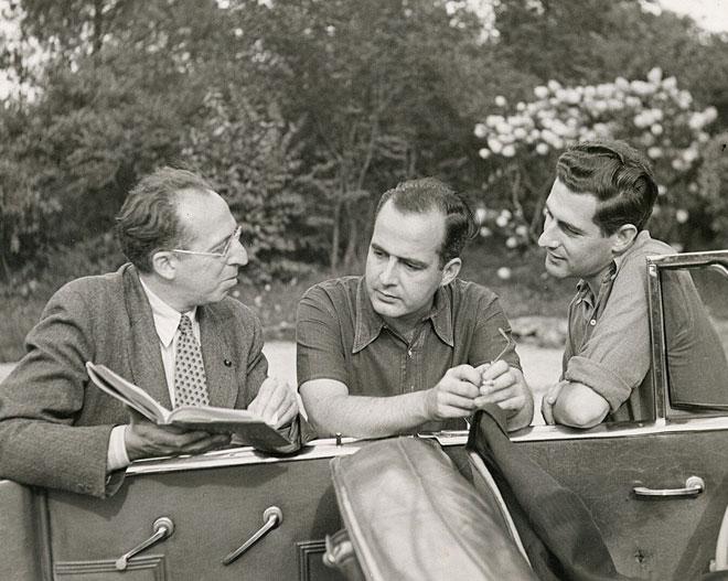 Samuel Barber (au centre) et les compositeurs Aaron Copland (à gauche) et Gian-Carlo Menotti (à droite), photo de Victor Kraft, Bernardsville, New Jersey, 1945. Library of Congress