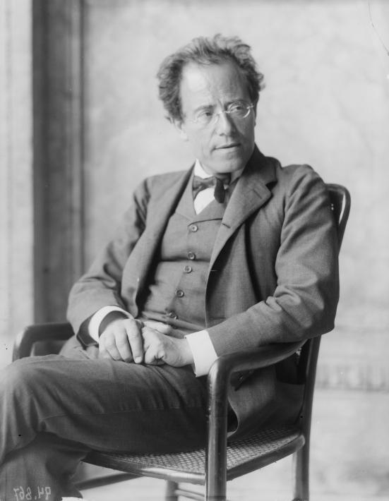 Gustav Mahler dans la loge de l'Opéra de Vienne, photo de Moriz Nähr, 1907. Österreichische Nationalbibliothek