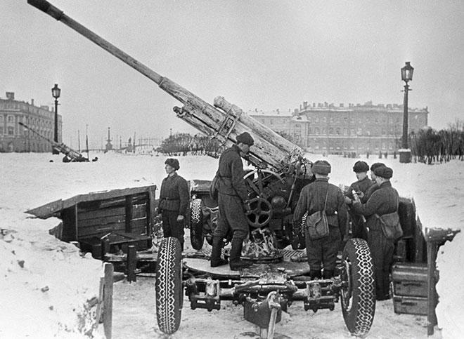 Canon anti-aérien à Leningrad, 1er mars 1942, photo de Boris Kudoyarov. RIA Novosti archives CC BY-SA 3.0