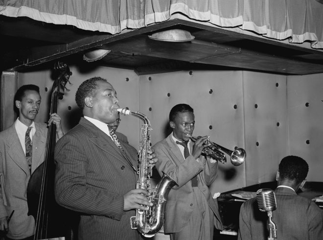 William P. Gottlieb, Charlie Parker, Tommy Potter, Miles Davis, Duke Jordan et Max Roach vers 1947 © Library of Congress