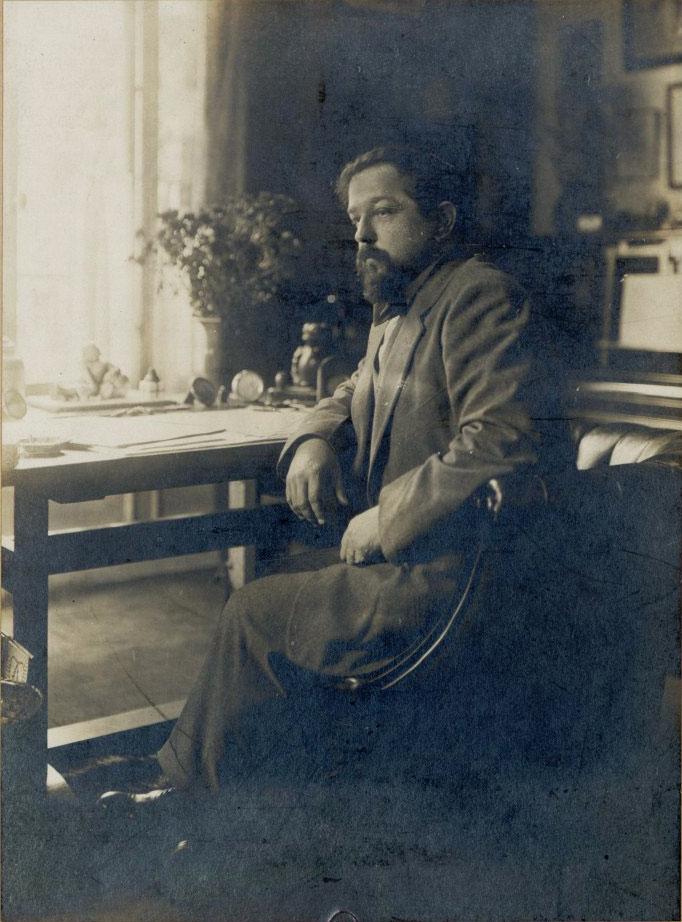 Claude Debussy dans son bureau de l'avenue du Bois de Boulogne
