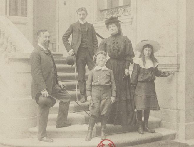 Eugénie et Jules Dukas avec leurs enfants Adrien et Paul, 1870 © Gallica-BnF