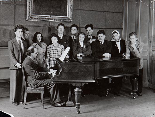 La classe d'harmonie d'Olivier Messiaen au Conservatoire de Paris 30 avril 1947 (ou 1945). Pierre Henry est derrière Messiaen. Agence photographique française