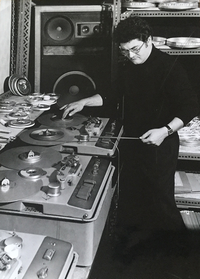 Pierre Henry composant Mouvement-Rythme-Etude au studio Apsome en 1970 (175 bd St Germain). Photo Jacques Aubert/Philips