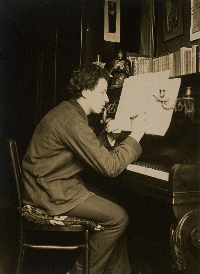 Arthur Honegger au piano fumant la pipe © Philharmonie de Paris, J.-M. Anglès