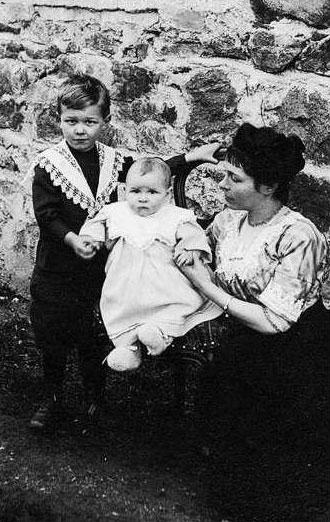 Cécile Sauvage et ses deux enfants, 1913 © DR