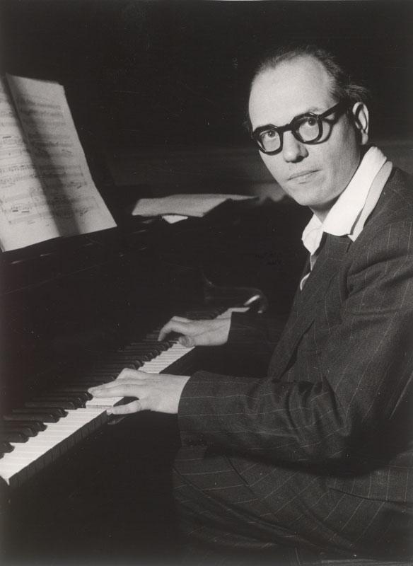 Photo de Mesiaen au piano