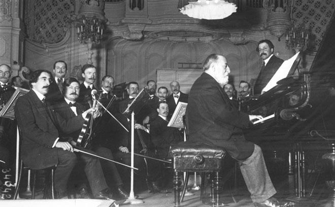 Camille Saint-Saëns au piano, Salle Gaveau, novembre 1913 © Gallica-BnF
