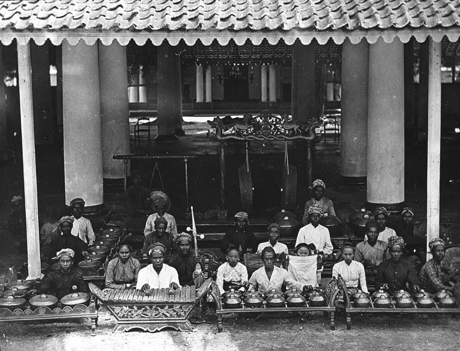 Gamelan d'un régent (Java) / [photogr. reprod. par] Molténi [pour la conférence donnée par] Du Bois © BnF