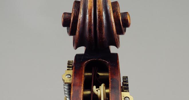 Détail de la contrebasse attribuée à Matteo Goffriller, Venise, XVIIIesiècle, photographie de Jean-Marc Anglès © Musée de la musique