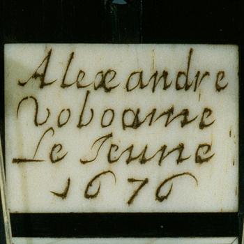 Marque sur le manche de la guitare Alexandre Voboam, 1676, E.1532  © Musée de la musique - Photo Jean-Marc Anglès