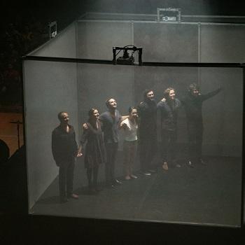 Dispositif scénique du spectacle Equinoxe conçu par Adrien Mondot et Claire Bardainne.