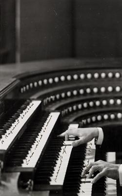PORTRAIT DE MARCEL DUPRÉ (1886-1971) JOUANT DE L'ORGUE - Musée de la musique