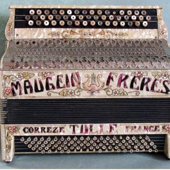 Accordéon, Maugein Frères, Tulle, ca 1931-1934, vue d'ensemble de face. Pôle Accordéons © Ville de Tulle, Laurence Lamy photographe