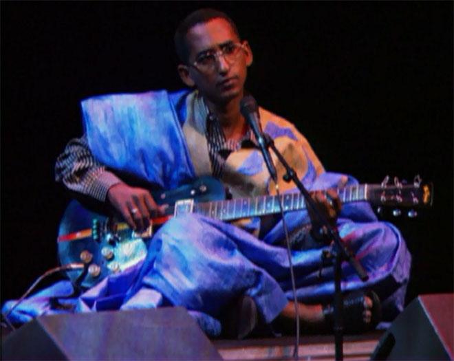Dendenny Louleid Ouldà la guitare, concert enregistré à la Cité de la musique le 15 octobre 1999 © Philharmonie de Paris